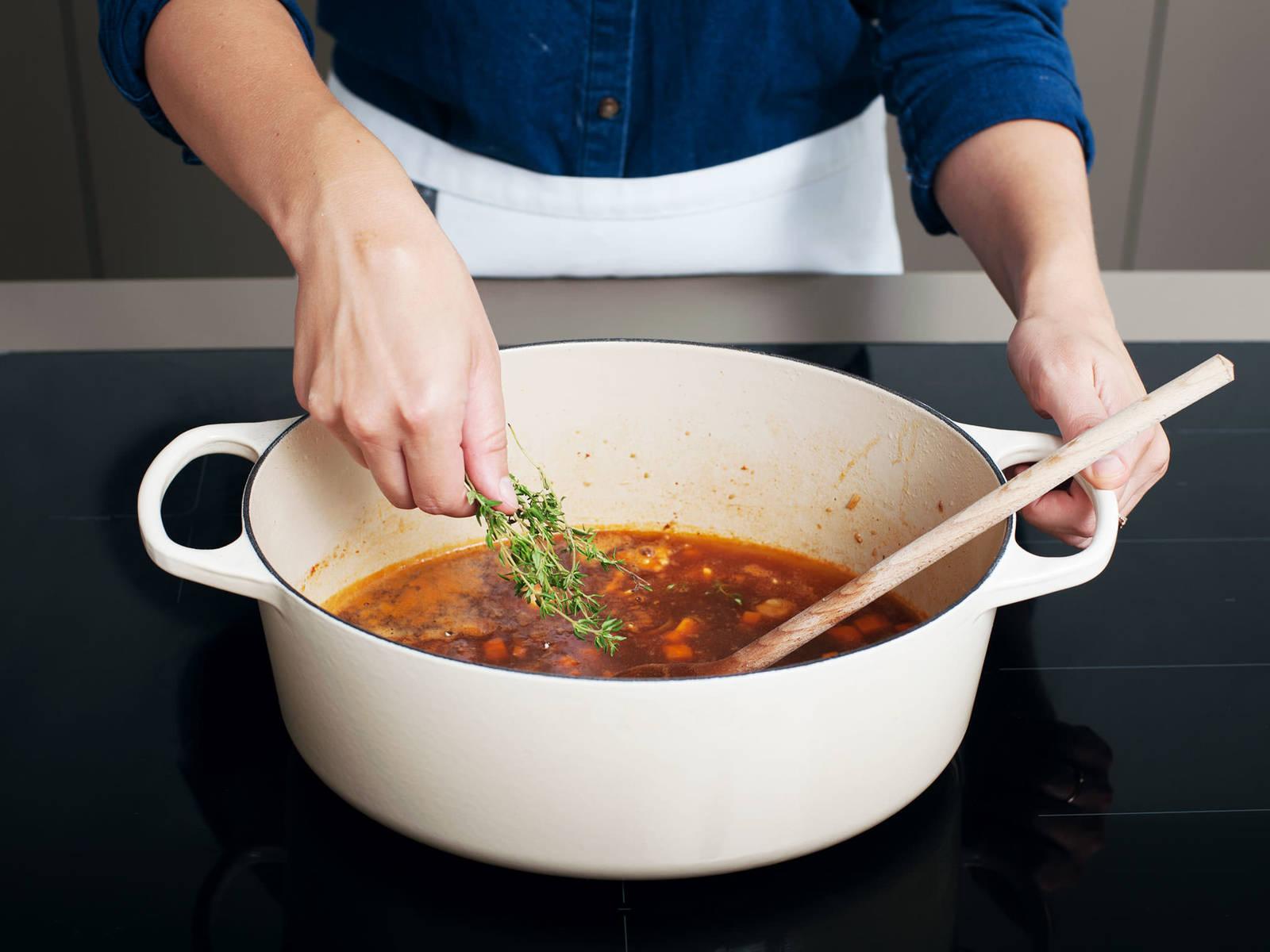 Mehl hinzufügen und glatt rühren. Für ca. 10 min. köcheln lassen, bis die Soße anfängt einzudicken. Apfelwein, Essig, Hühnerbrühe, Dijon Senf, Senfpulver und Thymian hinzugeben. Mit Salz und Pfeffer abschmecken.