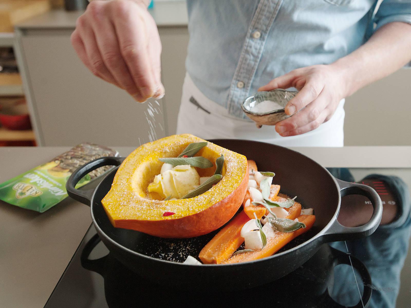 Etwas Butter in den Kürbis geben. Kürbis und Karotten mit Zwiebeln, der Hälfte der Salbeiblätter, Chili, braunem Zucker und Salz nach Geschmack bestreuen. Für ca. 40 Min. bei 180°C backen.