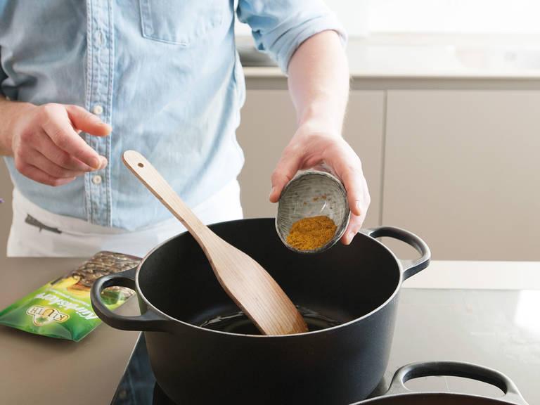 Gemüse aus dem Ofen holen und leicht abkühlen lassen. In einem mittelgroßen Topf die restliche Butter auf mittlerer Hitze gemeinsam mit Currypulver und einer Prise Salz schmelzen. Das gebackene Gemüse hinzufügen und für ca. 1 - 2 Min. anbraten, währenddessen mit einem Holzspatel verrühren.