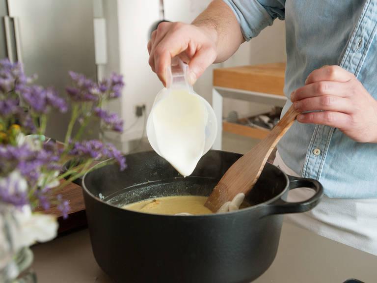 Mit Kokosmilch ablöschen, dann Essig hinzufügen. Den Zitronenabrieb und Saft zusammen mit den restlichen gehackten Salbeiblättern hinzufügen und aufkochen. Vom Herd nehmen und den Joghurt unterrühren.