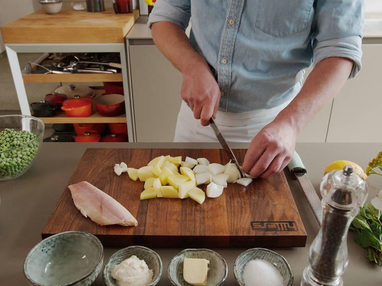 Kartoffel, Zwiebel und Knoblauch schälen und grob hacken. Räucherforelle in mundgerechte Stücke schneiden.