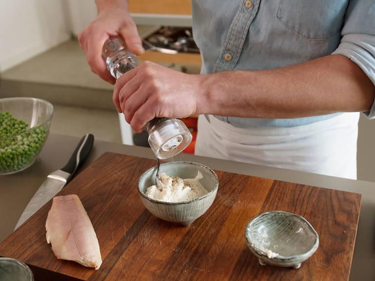 Crème fraîche und Meerrettich in einer kleinen Schüssel verrühren. Mit Salz und Pfeffer abschmecken.