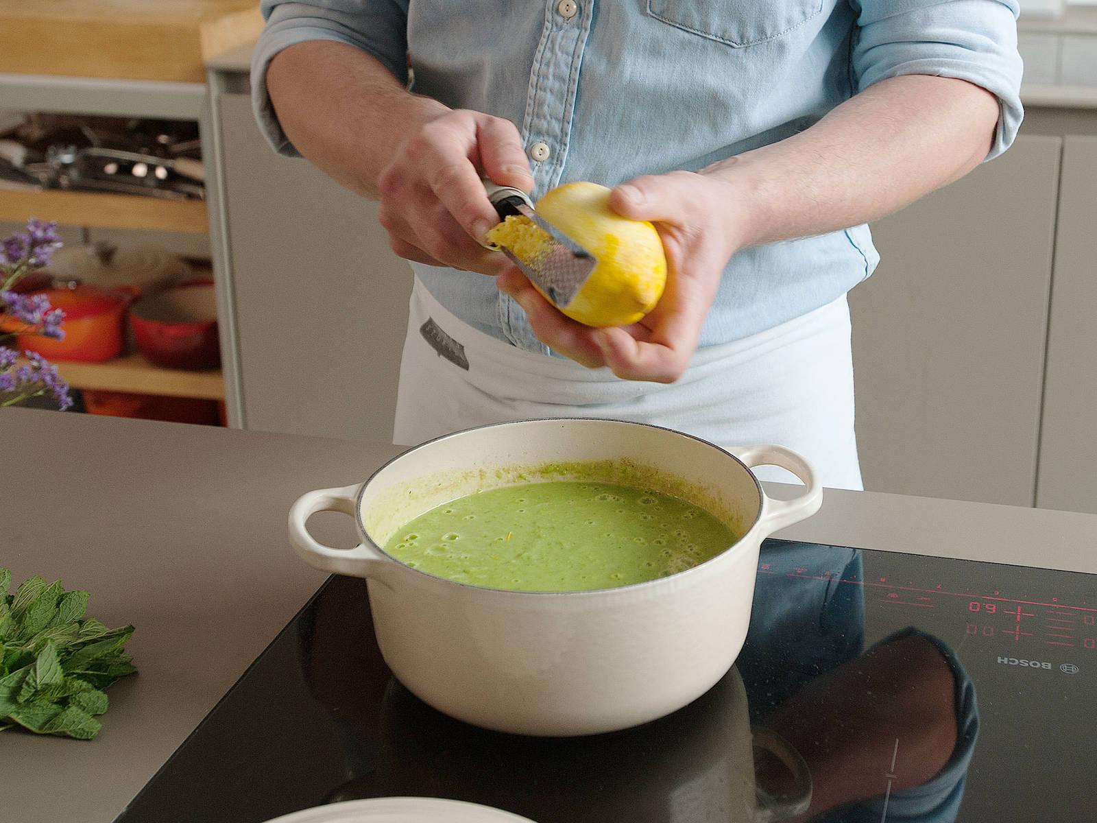 将豌豆汤泥放回炉上,中火煮至微沸,保持5分钟。撒上柠檬皮碎。