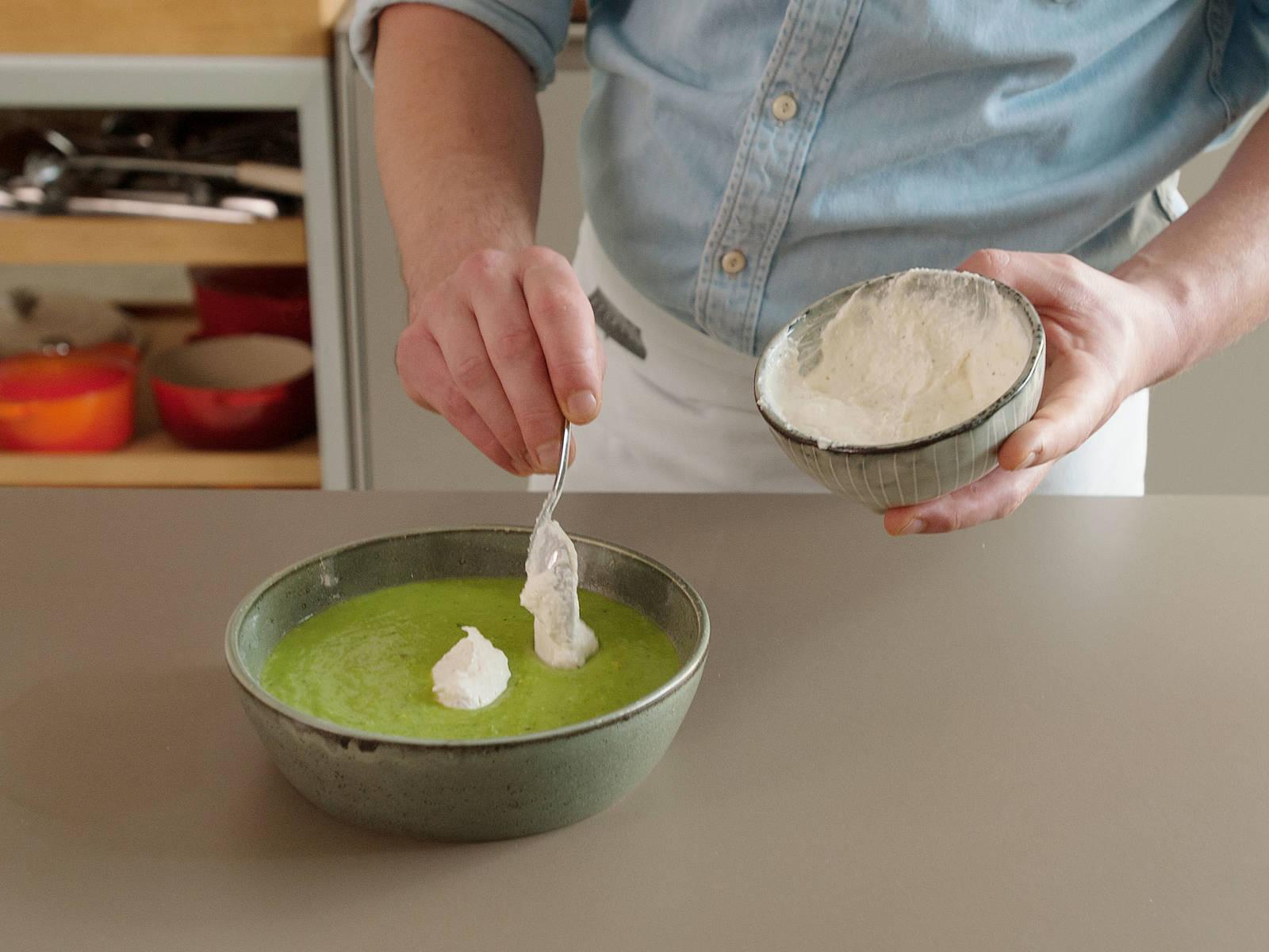 搭配酸奶油酱、烟熏鳟鱼块和薄荷享用豌豆汤。若喜欢,可以撒上更多胡椒,淋上橄榄油。