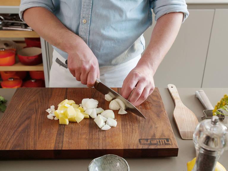 Knoblauch schälen und in Scheiben schneiden. Kartoffeln und Zwiebeln schälen und in grobe Stücke schneiden.