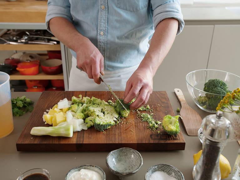 Brokkoliröschen vom Strunk schneidet und beiseite legen. Großen Strunk schälen und in mundgerechte Stücke schneiden.
