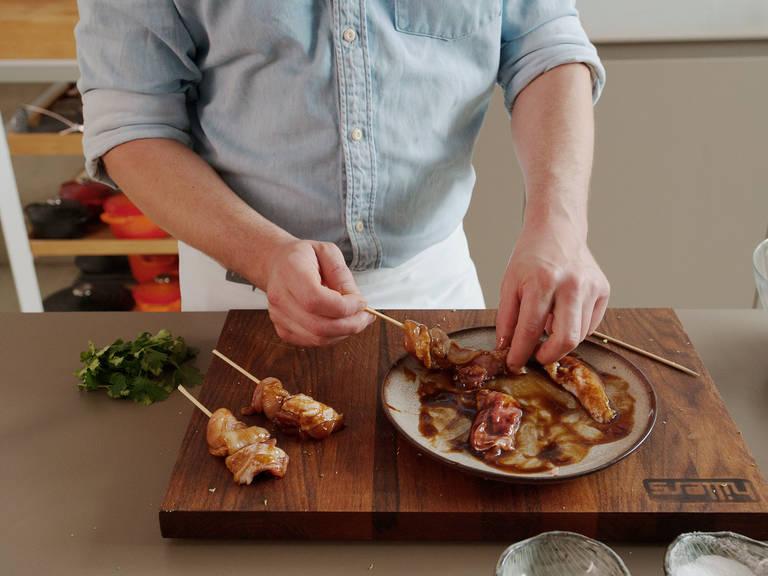与此同时,将鸡胸肉切成均匀的细条,淋上海鲜酱油。撒盐与胡椒调味,搅拌均匀。用木叉将鸡胸肉串起来。在大煎锅中热油,将鸡胸肉煎至两面金黄。撒盐调味。然后在烤箱中以180度烤5分钟。
