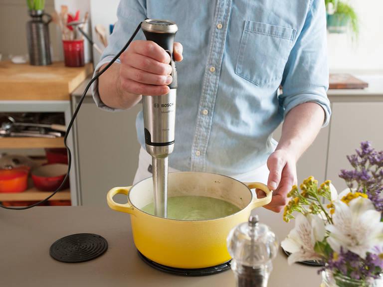 将西兰花的花头倒入煎锅中,继续微沸5-7分钟,直至将其煮软。关火后将锅取下。用搅拌机将汤搅打成顺滑泥状。然后加入酸奶油、柠檬皮屑和柠檬汁。加盐与胡椒调味,再次搅打均匀。