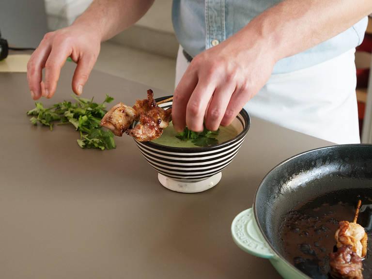 Suppe in Schüsseln gießen und mit Hähnchen-Spießen, Koriander und Sesam garnieren. Guten Appetit!