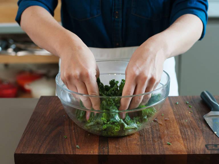 Die Stängel vom Grünkohl entfernen. Grob hacken oder mit den Händen zerreißen. Zusammen mit Olivenöl und einem Teil des Zitronensaftes in eine große Schüssel geben. Vermengen und die Blätter mit dem Öl weich massieren. Beiseitestellen.