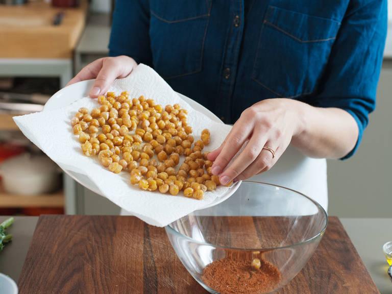 Paprikapulver, Cayennepfeffer, Koriander und Salz in einer Schüssel vermischen. Gebratene Kichererbsen dazugeben und vermengen. Mit Salz und Pfeffer abschmecken. Beiseitestellen.