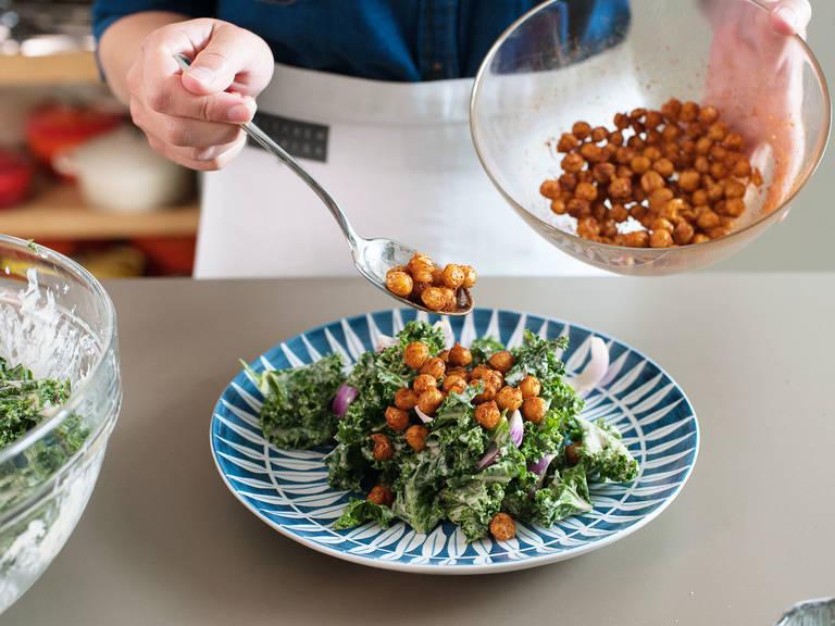 Dressing zum Grünkohl hinzufügen und gut vermengen. Salat in Servierschüsseln füllen und gebratene Kichererbsen darüber geben. Guten Appetit!