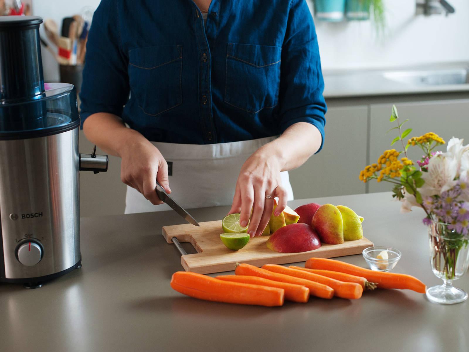 苹果去核,切成大块,生姜去皮。可视个人偏好给胡萝卜削皮。青柠切半。