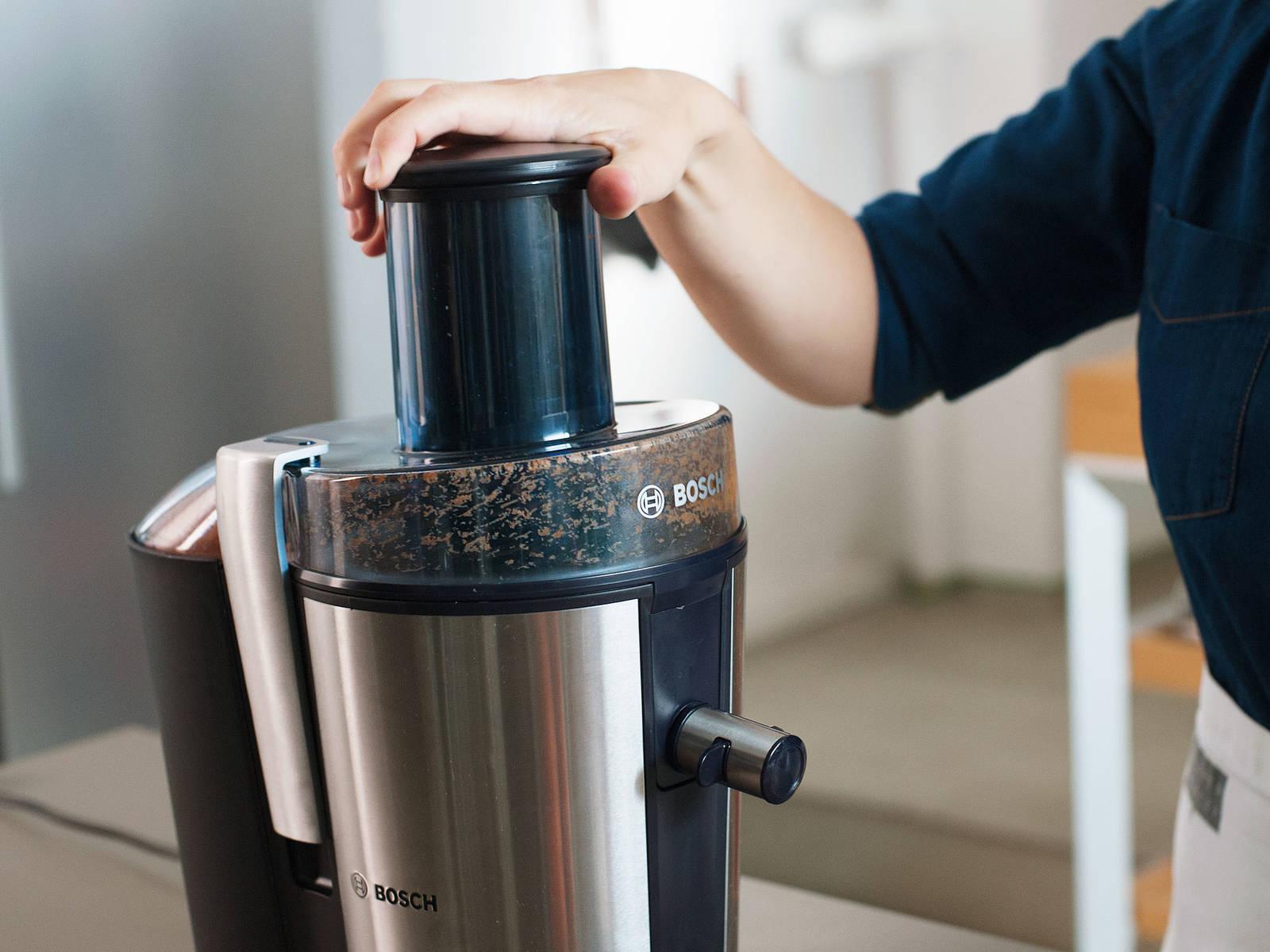 将苹果、胡萝卜、生姜和青柠汁放到榨汁机中。搅拌混合。