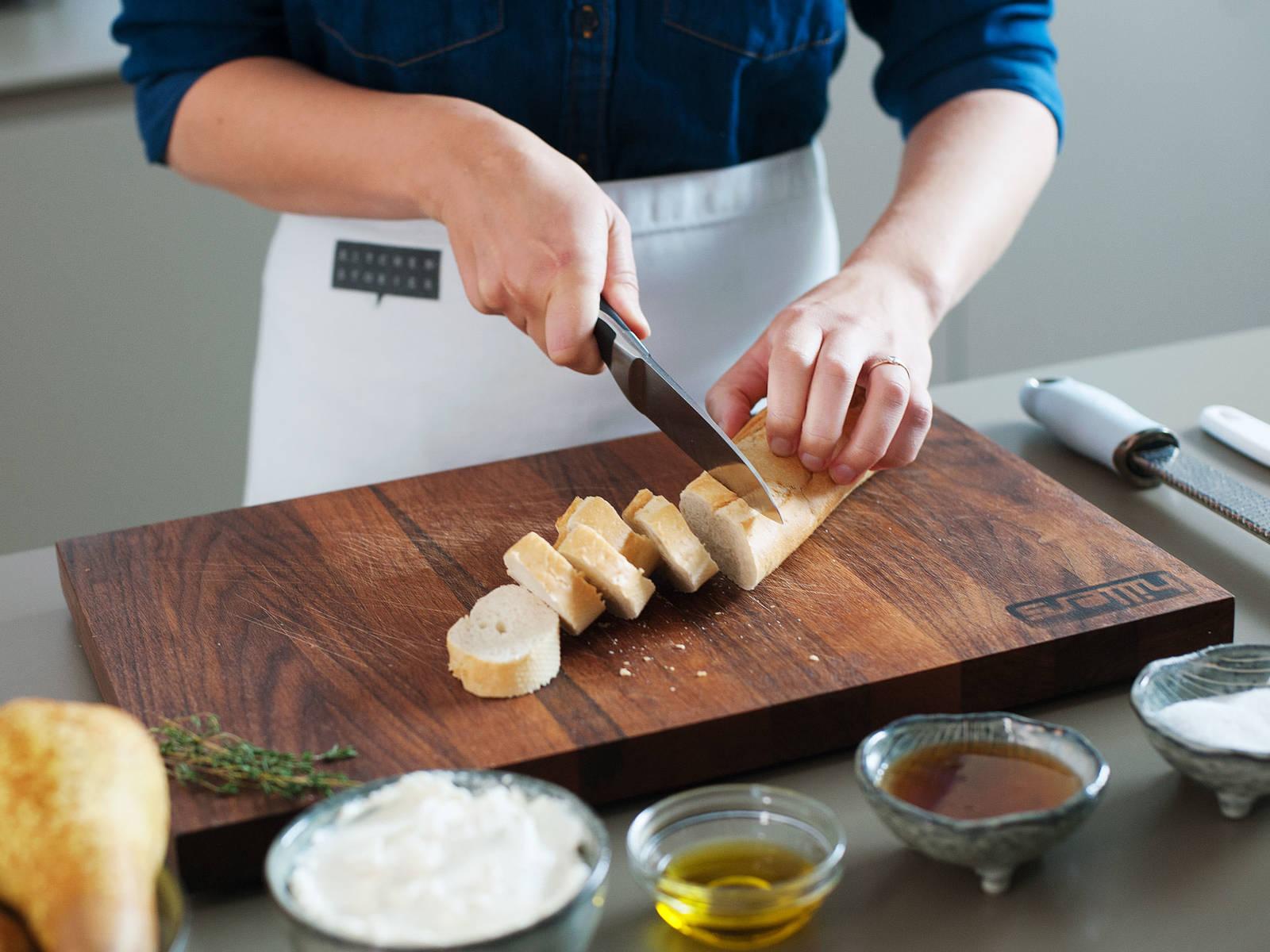 Backofen auf 200°C vorheizen. Baguette in Scheiben schneiden und diese auf einem mit Backpapier ausgelegten Backblech anordnen.