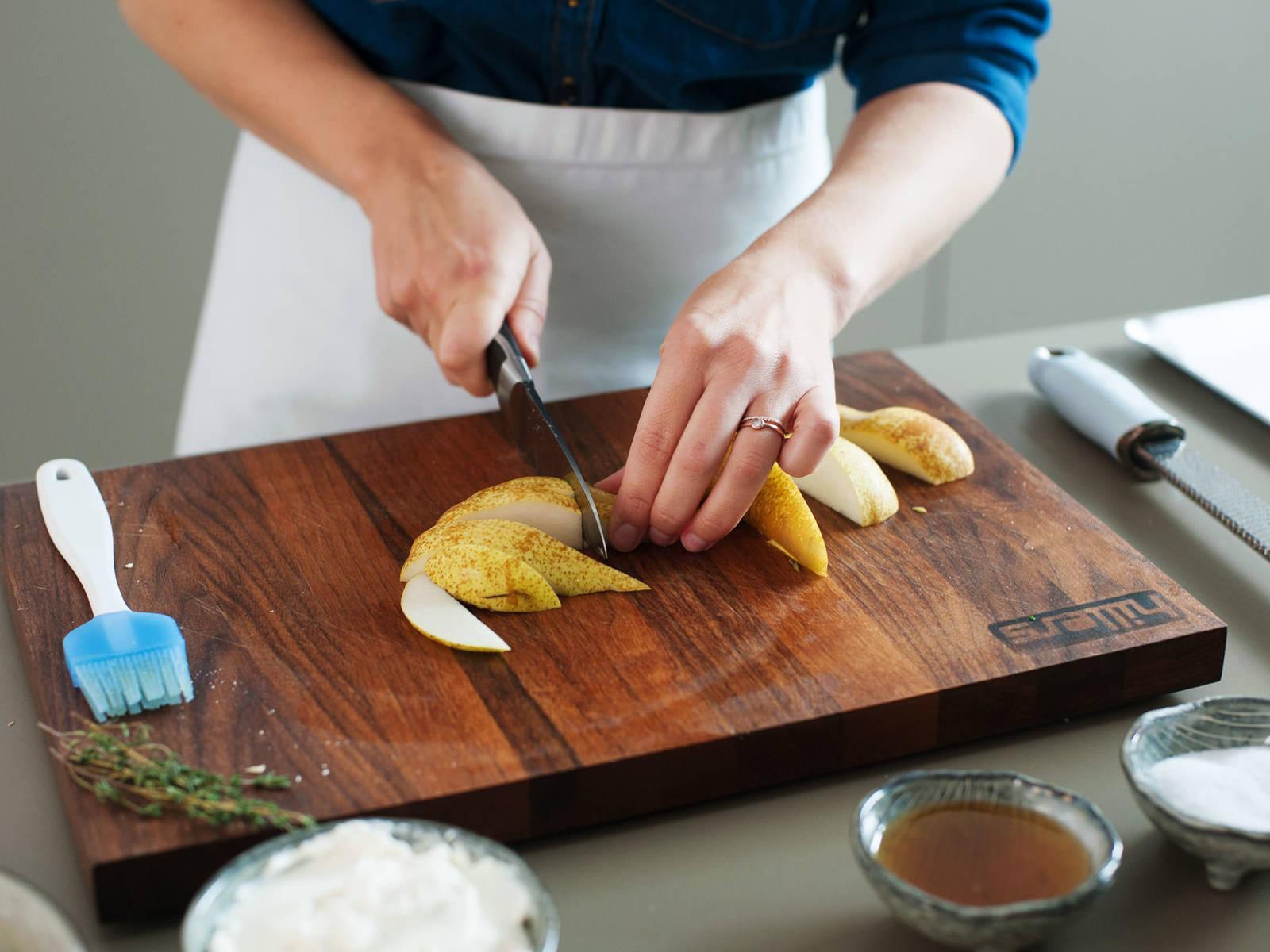 Ofentemperatur auf 220°C erhöhen. Birnen schneiden und auf einem mit Backpapier ausgelegten Backblech anordnen.