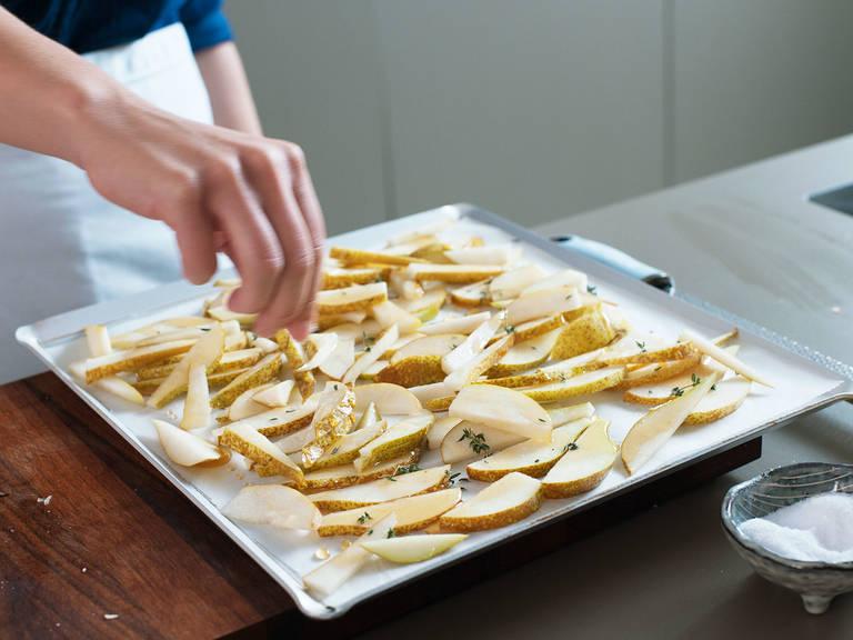 Mit Honig beträufeln und mit Thymian und Salz bestreuen. Im Backofen bei 220°C für ca. 15 Min. backen, bis der Honig karamellisiert und die Birnen duften. Beiseitestellen und leicht abkühlen lassen.