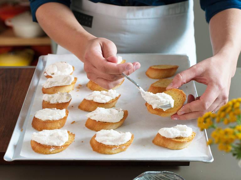 Auf jedes Toast etwas von dem Ricotta geben..