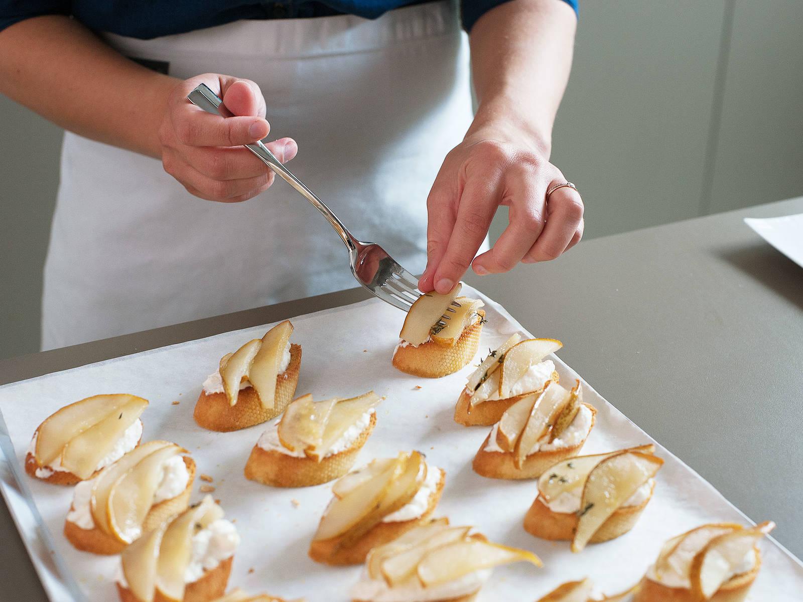 Jedes Toast mit einigen Birnenscheiben belegen. Nach Geschmack salzen und pfeffern. Guten Appetit!