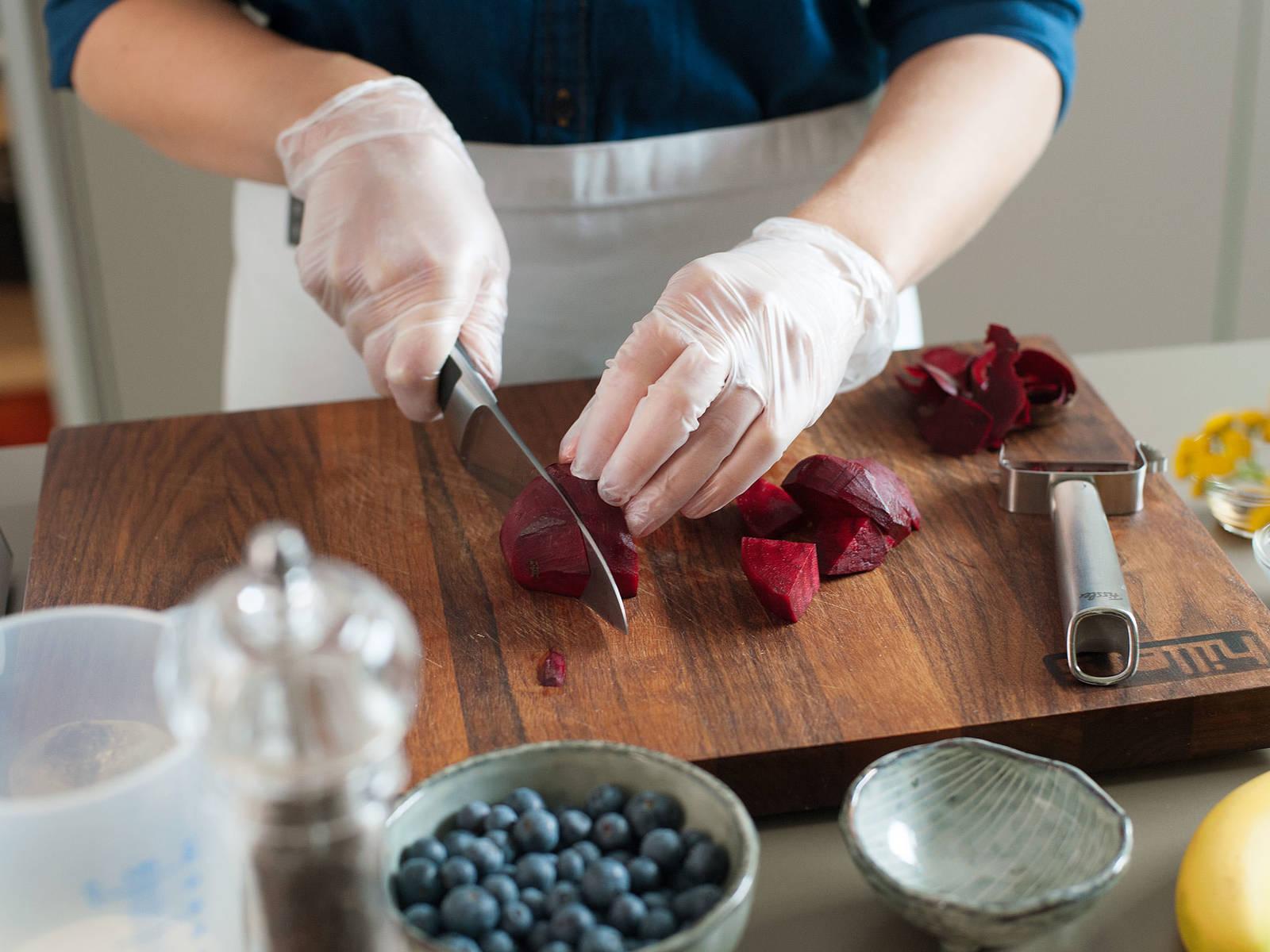 甜菜削皮切丁。