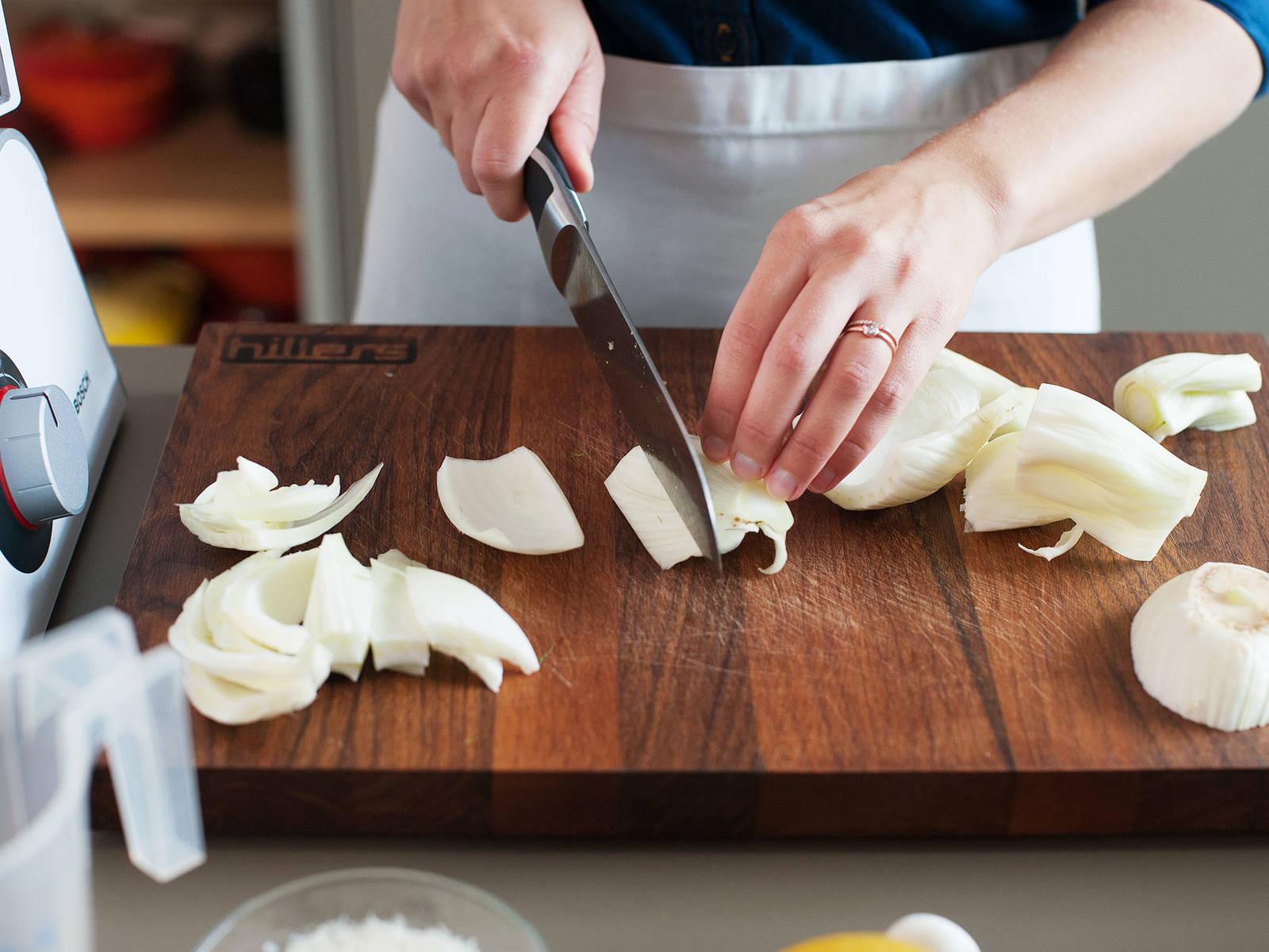 将茴香叶片从茎上摘下;丢掉茴香茎,将叶片和茴香籽一起放入料理机中。将茴香球切成楔形,用于与蔬菜片搭配。