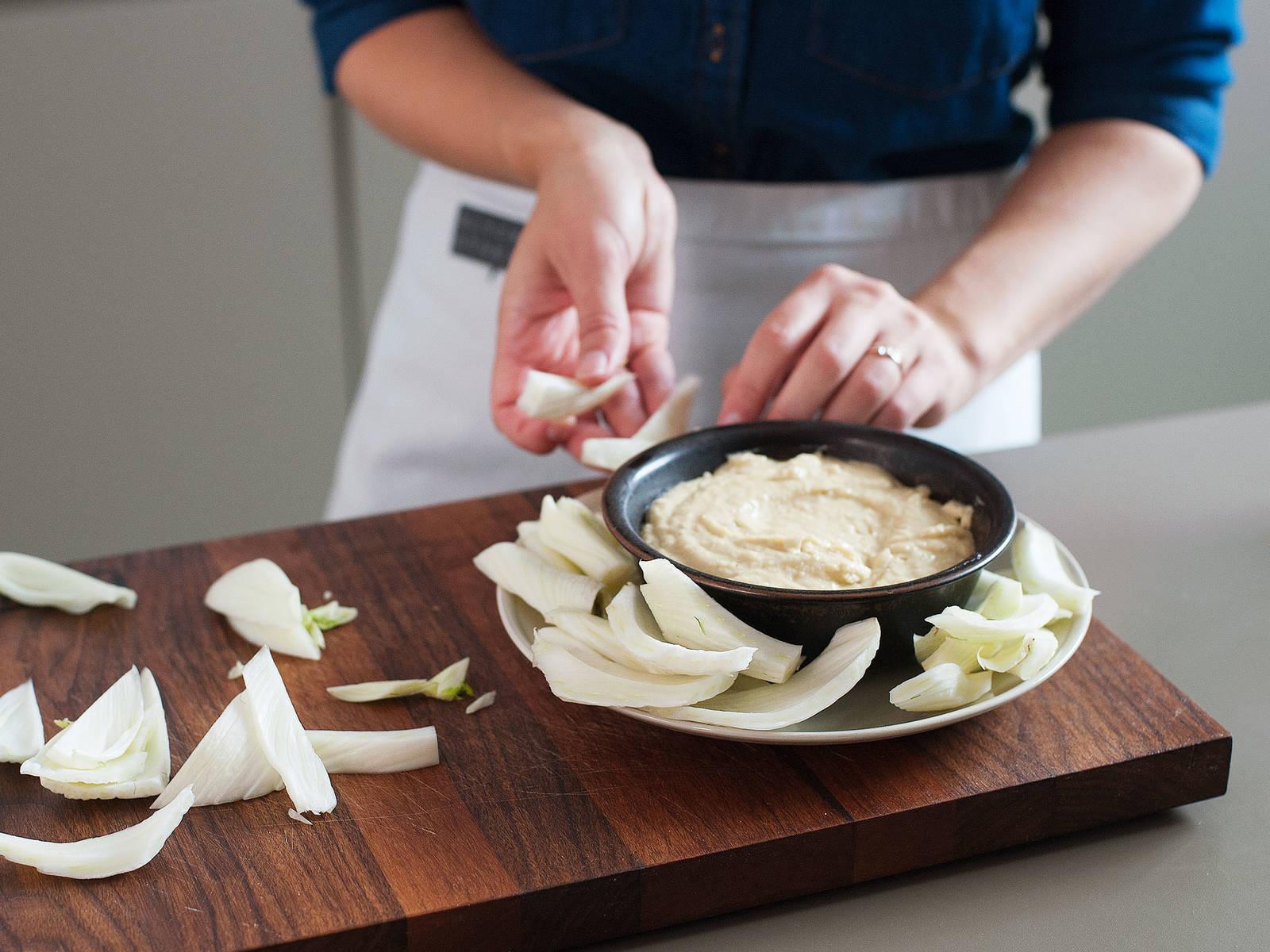 Sobad alles vermengt ist, mit Salz und Pfeffer abschmecken. Dip in eine Servierschale geben und mit Rohkost servieren. Guten Appetit!