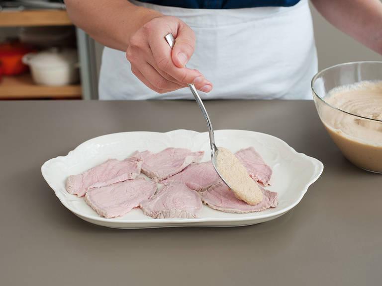 将三分之一的酱汁留出来之后使用。将放凉的小牛肉切片。在一个上菜盘上抹上剩余酱汁,再铺上一些牛肉片。再淋上一层酱汁,又铺上一层牛肉片。重复操作,直至用完所有肉和酱汁。最后顶上的一层应为酱汁。盖好冷藏至少24小时。