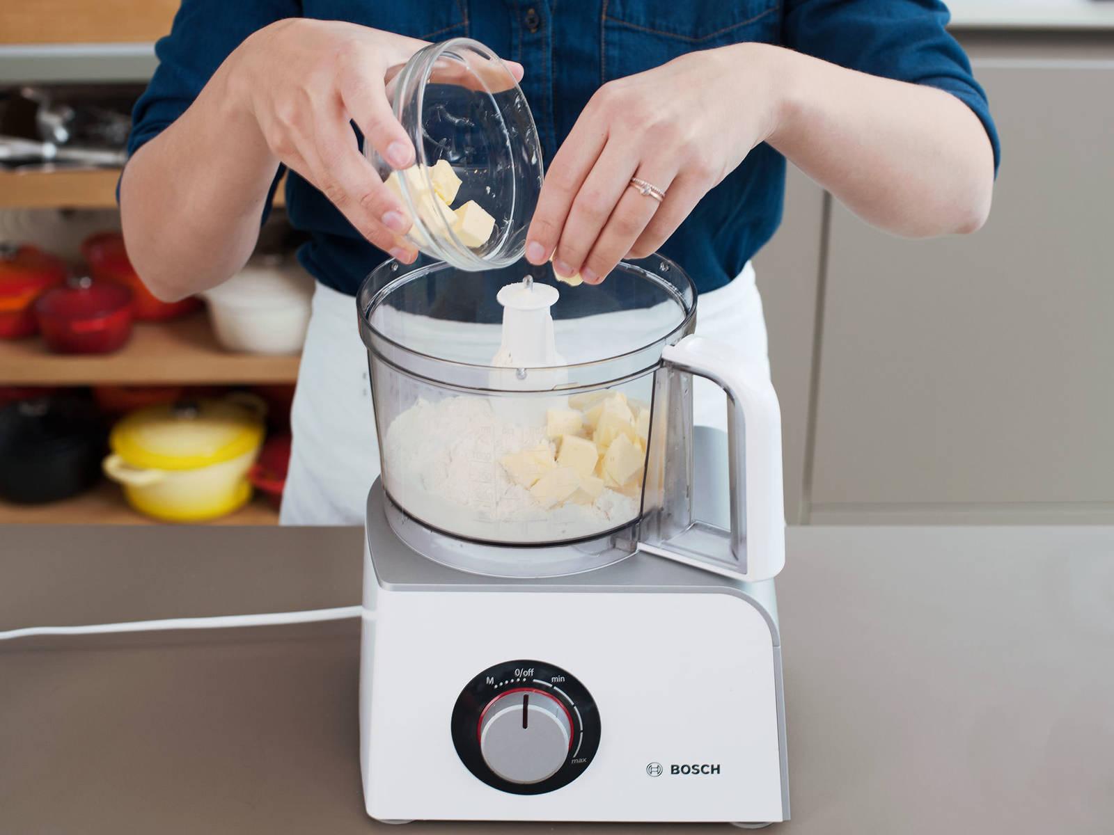 Für den Teig Mehl und Salz in die Schüssel der Küchenmaschine geben. Durch Pulsieren vermischen, dann Butter zugeben und pulsieren, bis die Butter in mandelgroße Stücke zerteilt ist. Löffel für Löffel Wasser zugeben und pulsieren, bis der Teig sich verbindet. Zu einer Scheibe formen und mit Frischhaltefolie einwickeln, dann vor dem Ausrollen für mindestens 1 h kalt stellen.