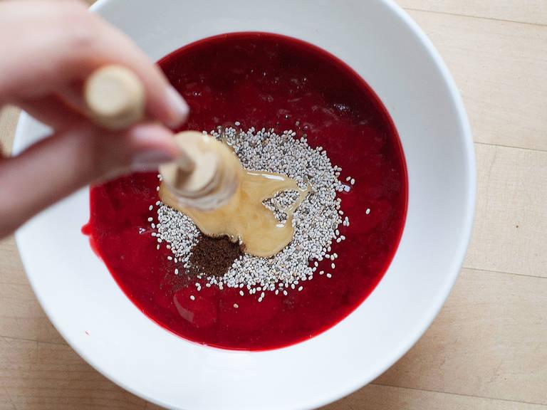 Chiasamen, Honig und Vanillemark zu den Beeren hinzufügen und für ca. 25 Min. ruhen lassen, sodass die Chiasamen quellen können.