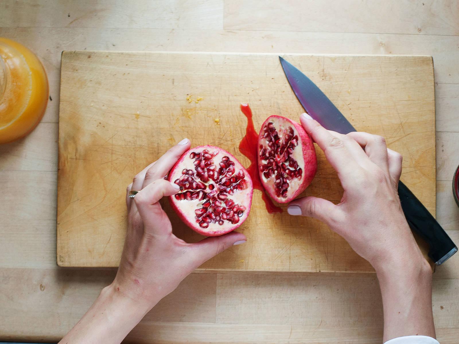 Granatapfel und die Orangen halbieren und mit der Zitruspresse auspressen.
