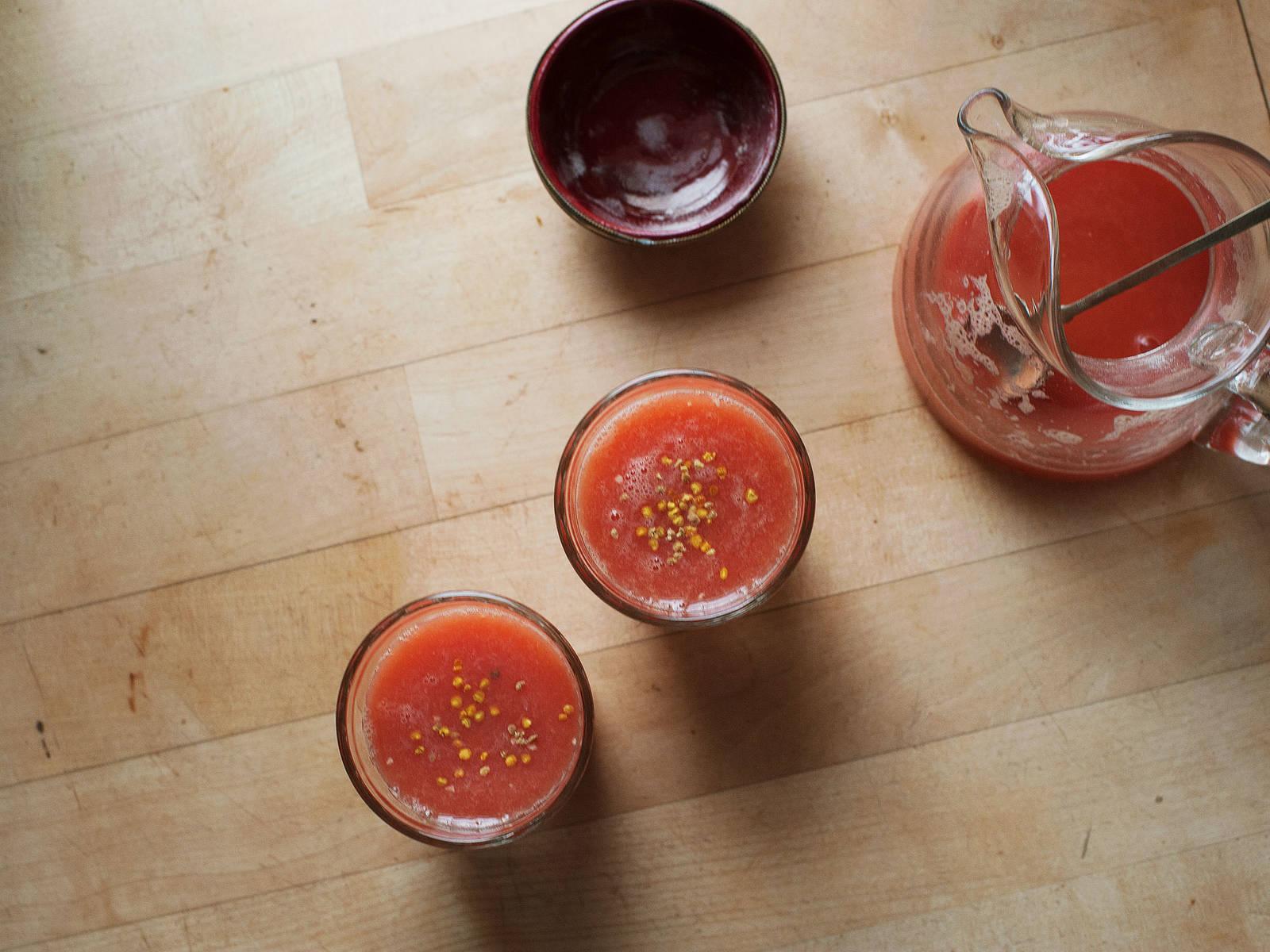 In Gläser geben, mit Blütenpollen garnieren und genießen!