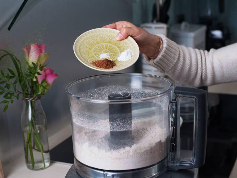烤箱预热180度,蛋糕模具抹油。制作饼皮:用料理机将燕麦片搅打成细腻的粉状。加入荞麦面粉、椰油、枫糖浆、肉桂,分次加入少量的水,直至饼皮达到可以压进模具成型的稠度。
