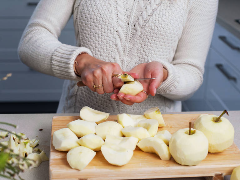 制作填馅:苹果削皮,一分为四。去核,切片。