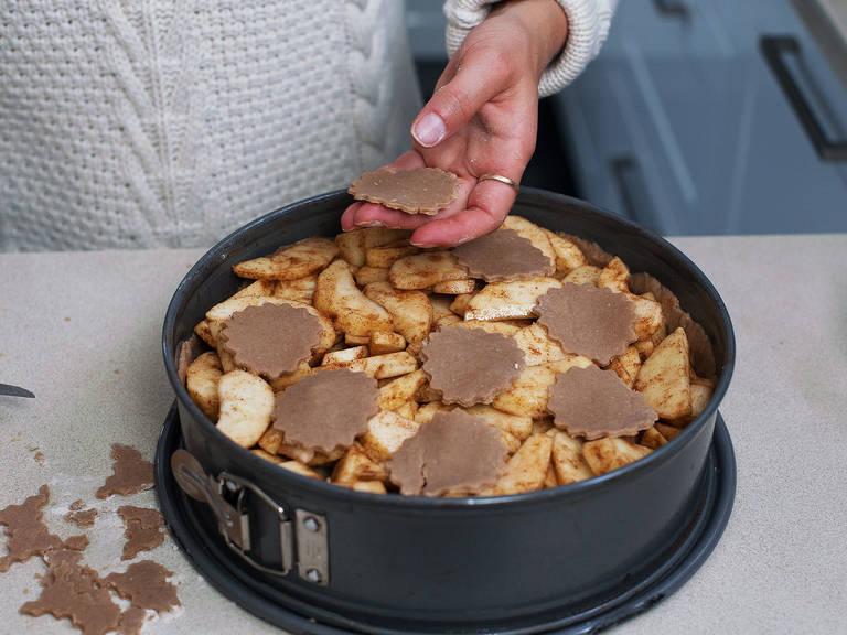 盖上我们刚刚制作好的饼干切片或者整块圆形饼皮。如使用整块圆形饼皮的话,提前用叉子叉几个小洞,以便烤制时排出空气。放进事先预热好的烤箱内,180度烤制约30分钟。用锡纸包裹好,轻轻按压,使苹果汁浸润整个派。再次烤制45-60分钟直至金黄。切开之前放置至完全冷却。尽情享用吧!