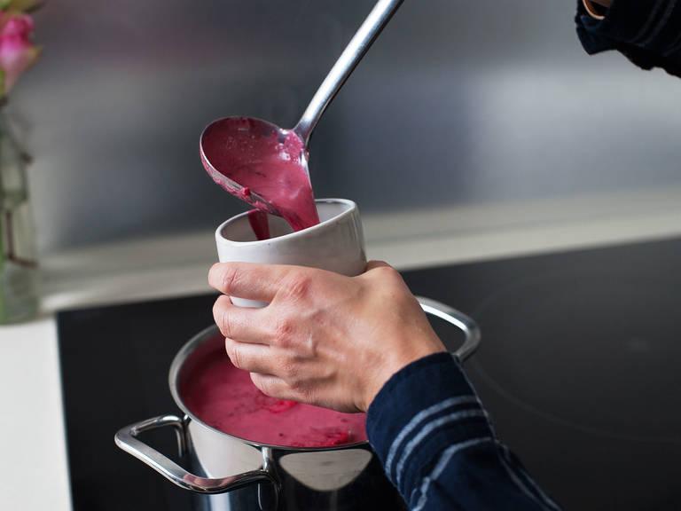 Wenn du Rotwein hinzufügen möchtest, gib ihn ganz am Ende dazu und lasse den Punsch für ca. 2 weitere Min. bei niedriger Hitze erwärmen. Prost!