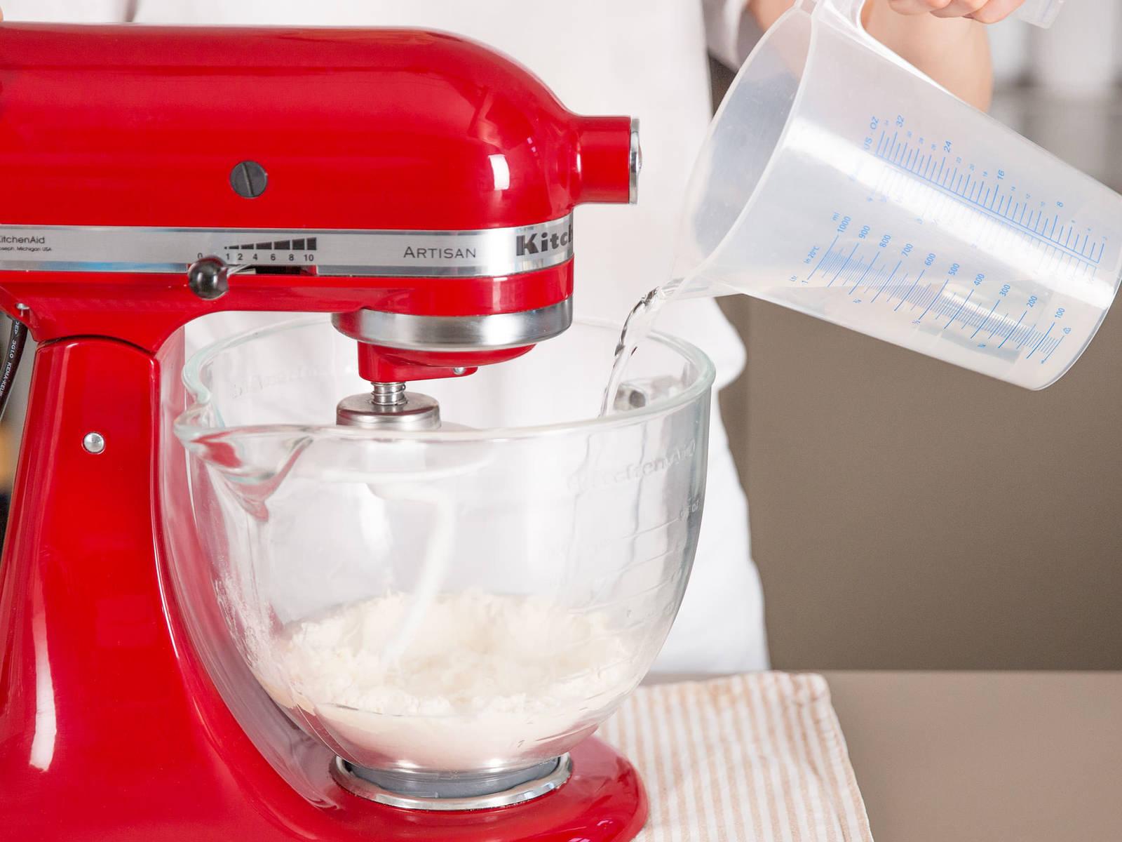 Mehl und Wasser in die Küchenmaschine geben und für ca. 2 - 3 Min. kneten, bis sich die Zutaten grob verbunden haben.
