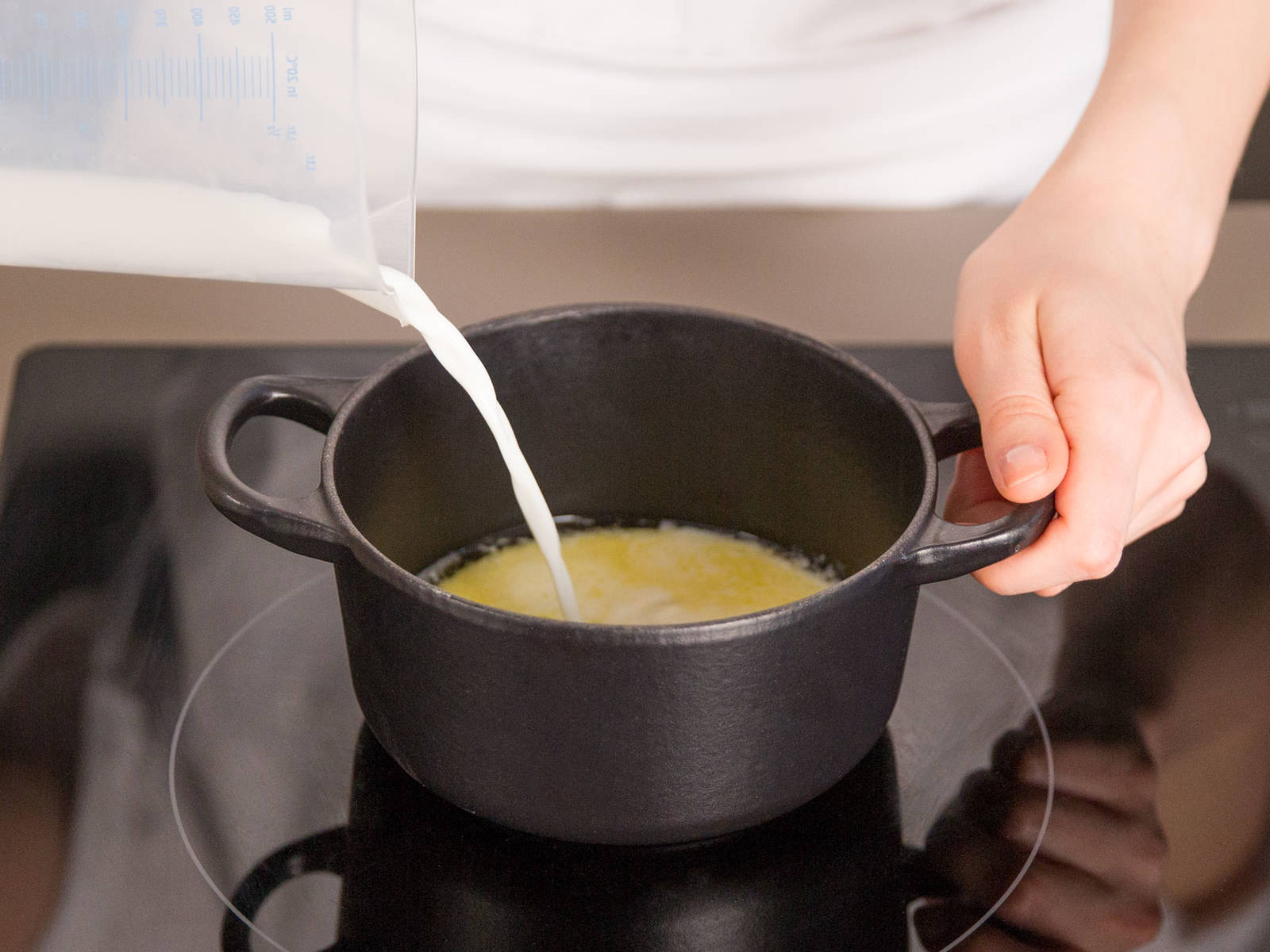 在小平底锅中,用中低火加热黄油和牛奶。