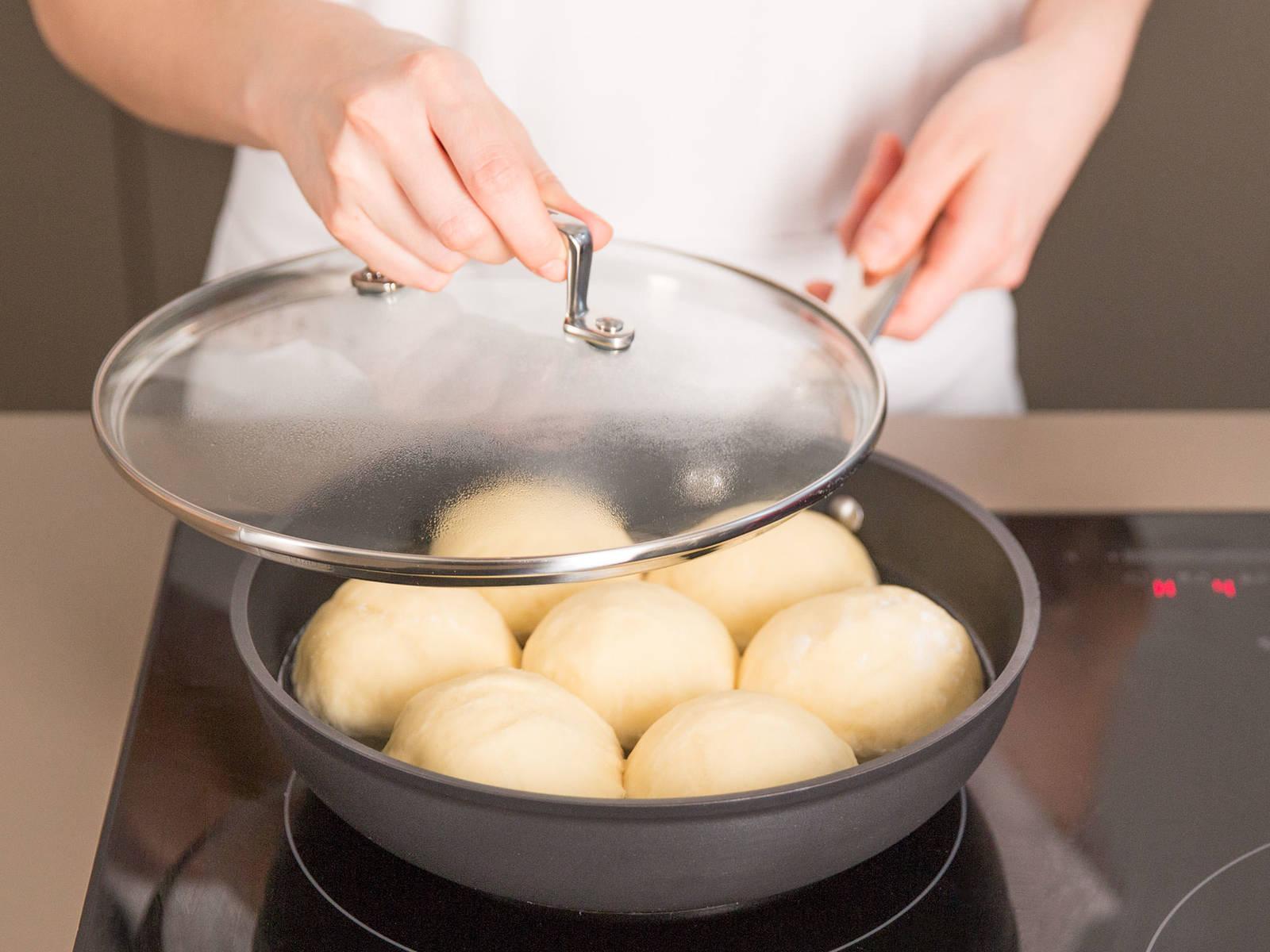 In einer großen Pfanne Wasser, Salz und Öl bei mittlerer Hitze leicht aufkochen. Dampfnudeln hinzugeben, Wärmezufuhr reduzieren und zugedeckt ca. 15 – 20 Min. dämpfen. Vom Herd nehmen, Dampfnudeln auf einer Servierplatte anrichten und mit Vanillesoße servieren. Guten Appetit!