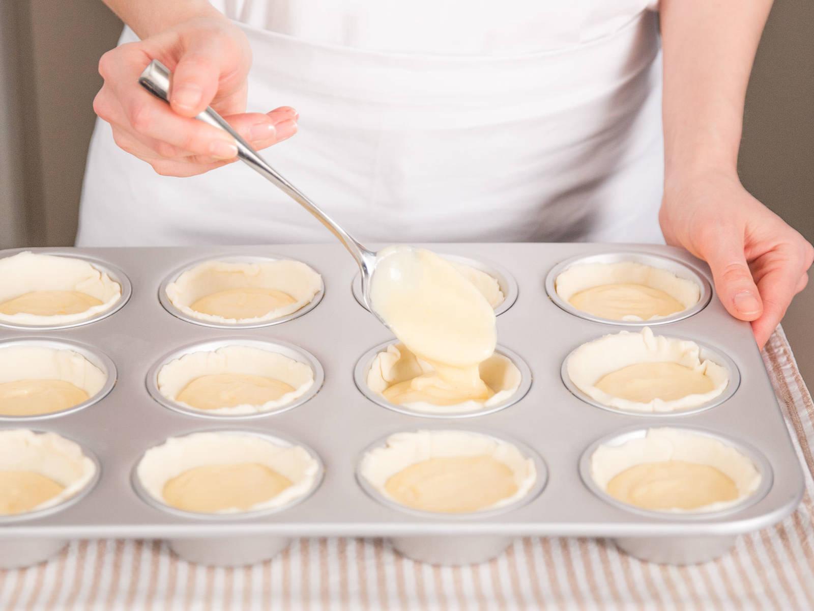 将香草奶油倒到每个烤盘中,直至盖到边缘。放到烤箱中层,以240℃烤12-15分钟,或直至酥皮呈金黄色,且中间填料呈焦糖状。尽情享用吧!