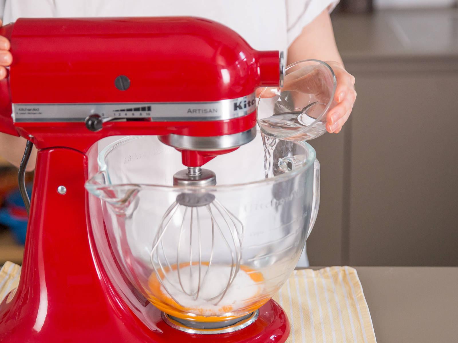 Eigelb, Zucker, Vanillezucker und Wasser in einer sauberen Schüssel vermengen.