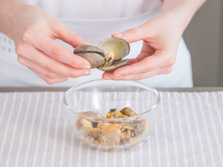 In a large saucepan, heat fish broth on medium heat. Add clams and cook on low heat for approx. 1 – 2 min. Remove from broth with a slotted spoon, reserve fish stock, and separate clams from shell. Set aside.