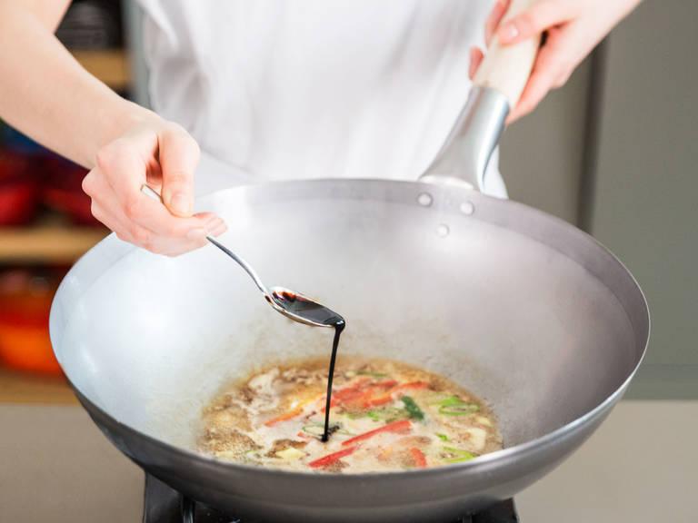 在炒锅中倒入一点油,置于中高火上。放入青椒、灯笼椒、葱、姜、蒜、猪肉末、老抽、淀粉和水,搅拌混合,炒香后放入糖、胡椒、炸茄子和盐,煮1分钟或更长时间。倒入上菜盘中,尽情享用吧!