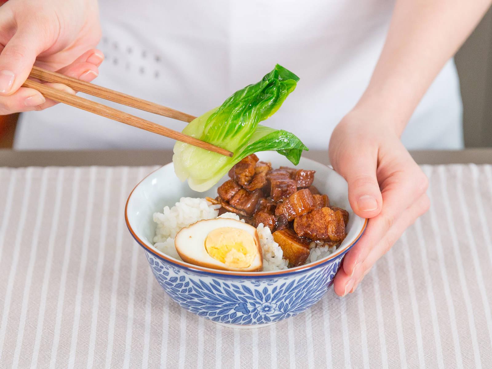 Ei halbieren. Schweinebauch, Pak Choi und Eihälften in einer Schüssel anrichten und mit Reis servieren. Guten Appetit!