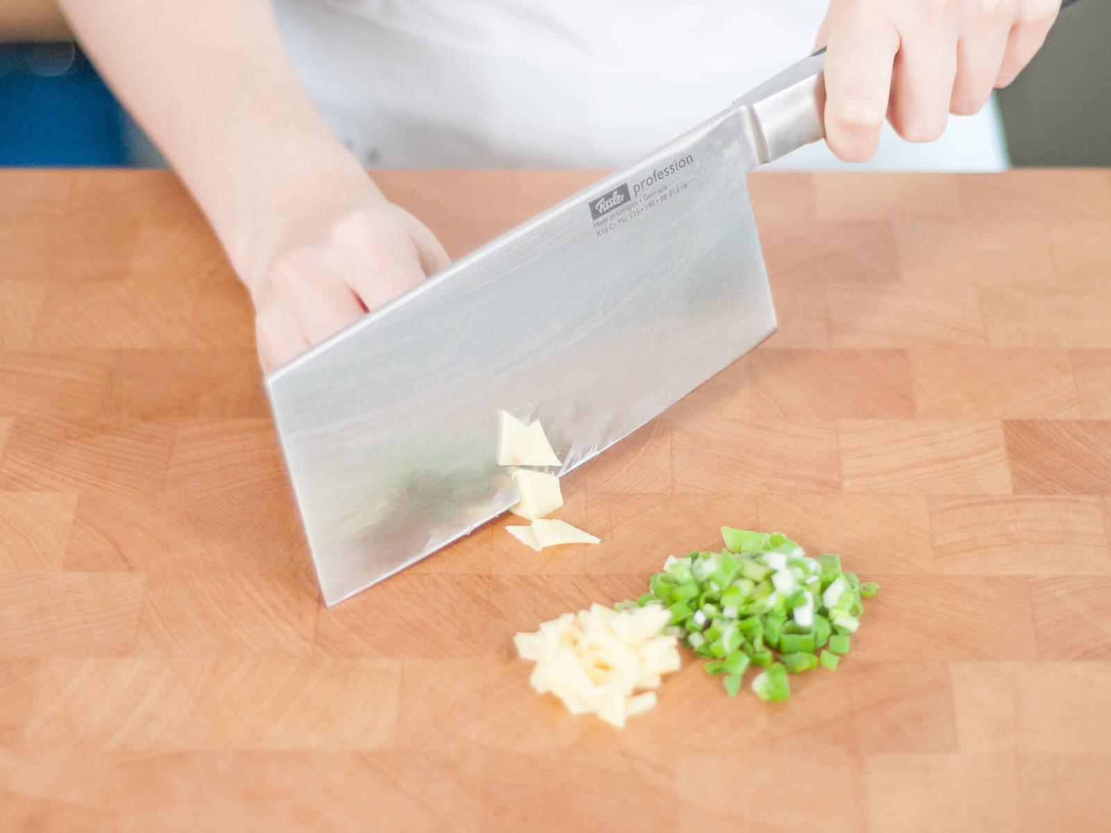 Frühlingszwiebeln in dünne Ringe schneiden, Ingwer hacken. In einer zweiten Schüssel Frühlingszwiebeln, Ingwer und Schweinefleisch mit Salz, weißem Pfeffer, Fünf-Gewürze-Pulver, heller Sojasoße, dunkler Sojasoße, Austernsoße und Sesamöl vermischen. Gut vermengen und beiseitestellen.
