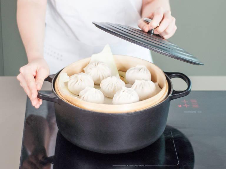 Teigtaschen in den Dampfgareinsatz geben und über dem kochenden Wasser ca. 15 Min. dämpfen. Leicht abkühlen lassen und genießen!
