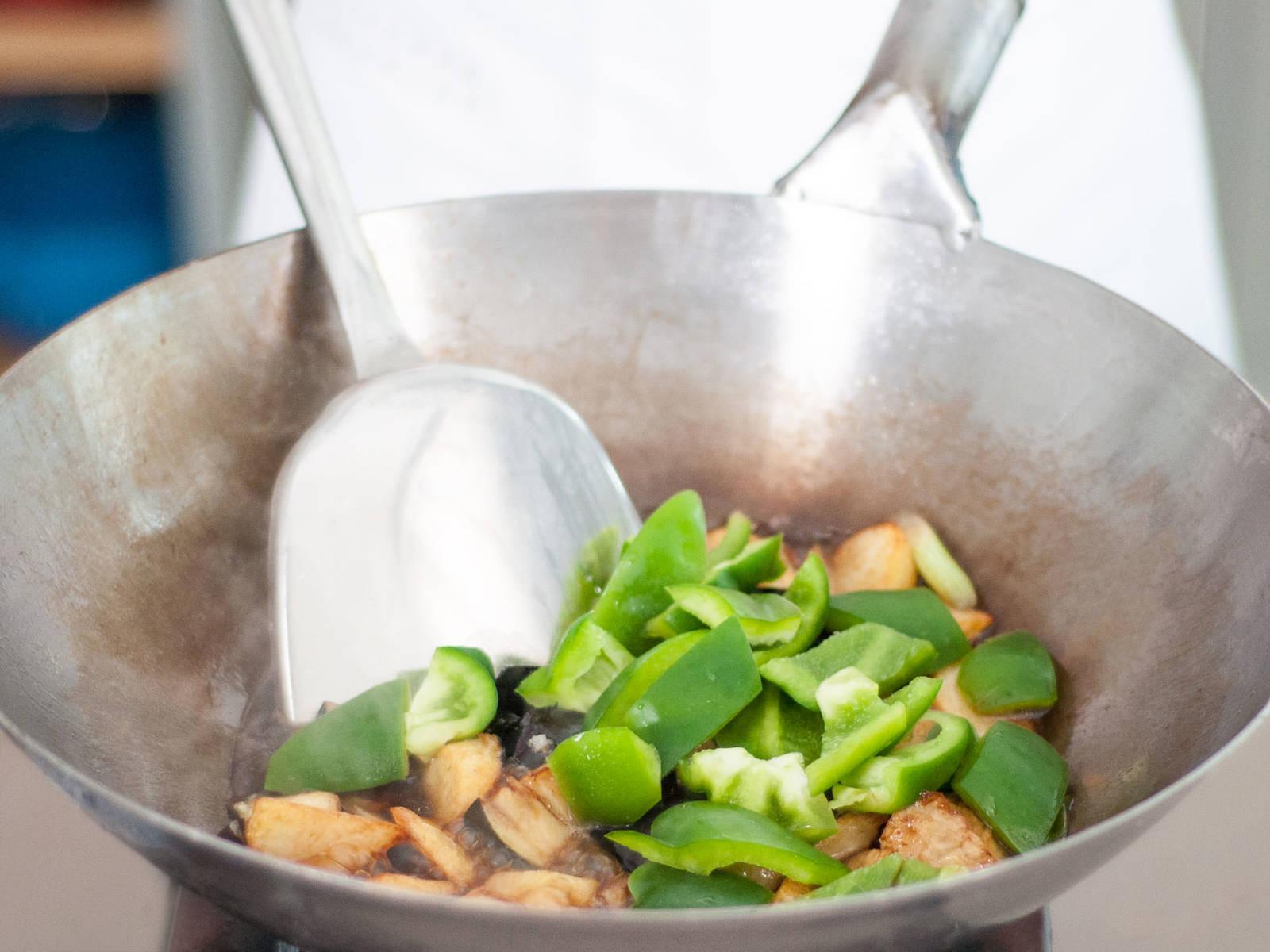 Bis auf 1 EL das gesamte Frittieröl ausgießen, dann den Wok auf mittlehoher Hitze erneut erwärmen. Frühlingszwiebeln, Ingwer und Knoblauch hinzufügen, dann frittierte Kartoffeln, Paprika und etwas Wasser dazugeben. Ca 1 Min. anbraten bis es duftet, dann Zucker, Salz, Austernsoße, dunkle Sojasoße und weißen Pfeffer nach Geschmack hinzugeben. Aubergine hinzufügen und für ca. 1 Min. kochen. Guten Appetit!