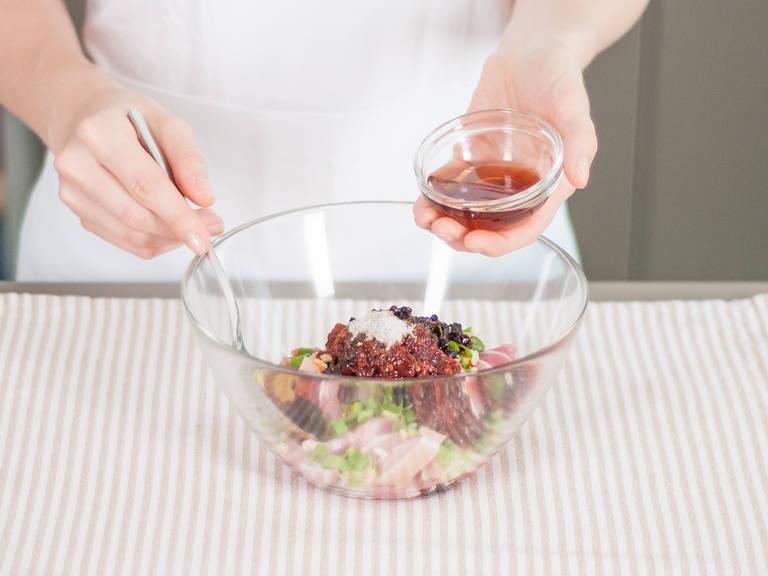 In einer Pfanne auf mittlerer Hitze den Reis-Mix anbraten, bis er goldbraun ist. Kurz zur Seite stellen. Danach Schweinebauch in dünne Scheiben schneiden und die Frühlingszwiebeln fein hacken. Ingwer und Knoblauch ebenfalls fein schneiden. Schweinebauch in einer großen Schüssel mit chinesischem Fünf-Gewürze-Pulver, fermentierter Bohnenpaste und fermentierten schwarzen Bohnen, Kochwein, dunkler Sojasoße, Ingwer, Knoblauch, Frühlingszwiebeln und Pfeffer marinieren.