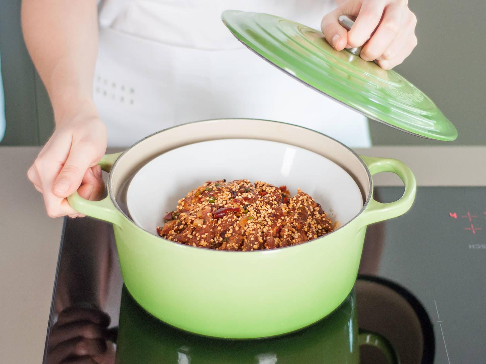 将腌好的五花肉和炒好的香料米粉混合抓匀,放到蒸笼或者耐热碗中,在一锅微沸的水(不要煮至完全沸腾)上蒸1.5至2小时,直至猪肉变软,米粉变粘且柔软。
