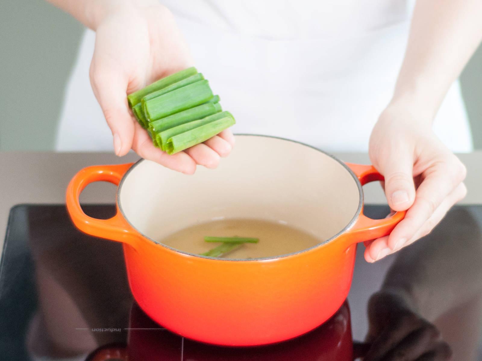 在小汤锅中倒入足以覆盖洋葱丝和葱末的植物油,中火煸炒大约10分钟至金棕色。离火,放在一边。