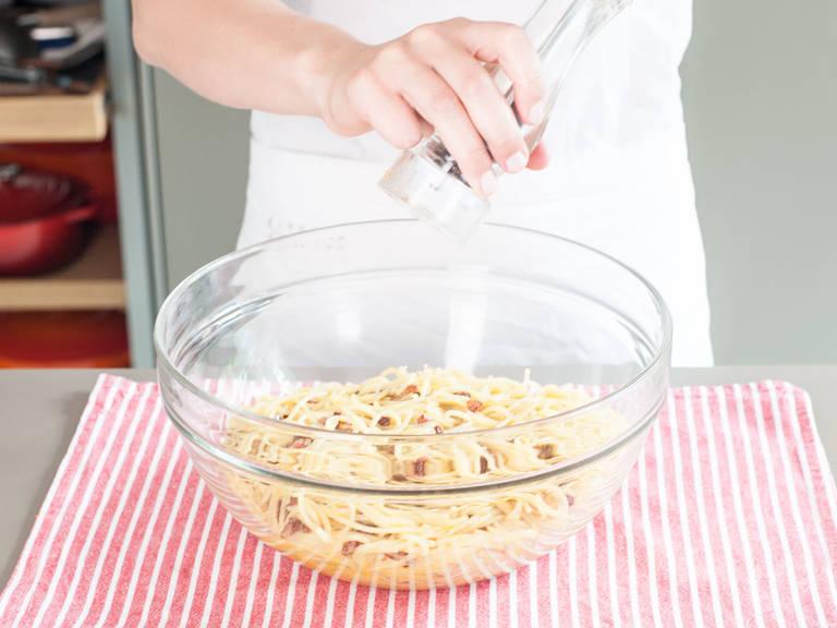 Nach Geschmack mit Salz und Pfeffer würzen und mit mehr Käse garniert servieren.